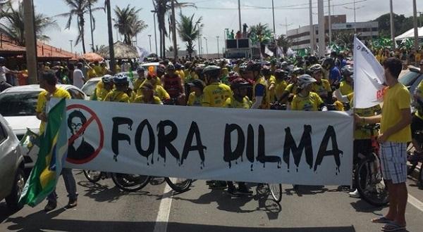 Milhares de pessoas participam de manifestação contra governo Dilma Rousseff.