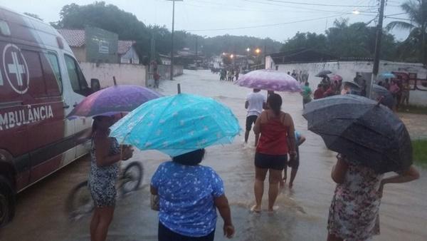 Chuva alaga ruas, avenidas e residências em Presidente Vargas.