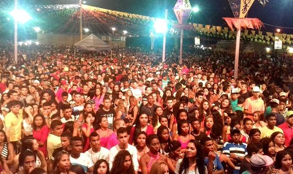 Multidão no Arraial do Povão.