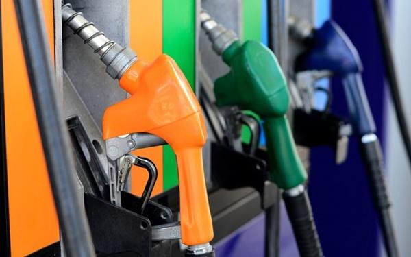 Petrobras reduz preço da gasolina em 2,8% nas refinarias.