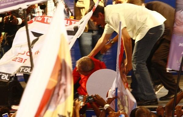 O ex-presidente Luiz Inácio Lula da Silva se desequilibrou e cai no palco durante comício do candidato do PT em Salvador.