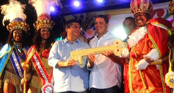 O governador Flávio Dino, ao lado dos secretários municipais Lula Fylho (Governo) e Marlon Botão (Cultura), e do secretário estadual de Cultura, Diego Galdino, abriu as festividades do 'reinado de Momo'.