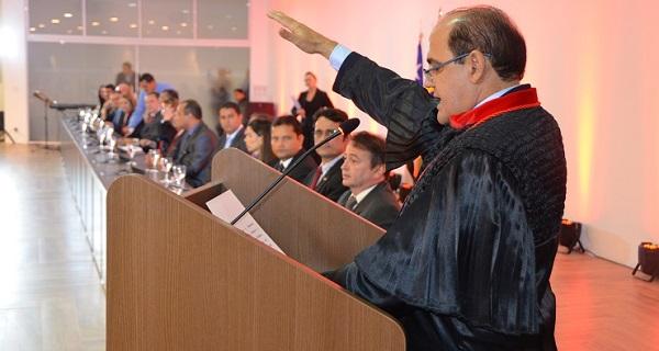 O novo procurador-geral de justiça fez o juramento diante de diversas autoridades.