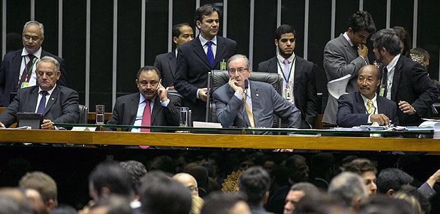 O presidente da Câmara, Eduardo Cunha (centro), na sessão desta quarta sobre a reforma política.