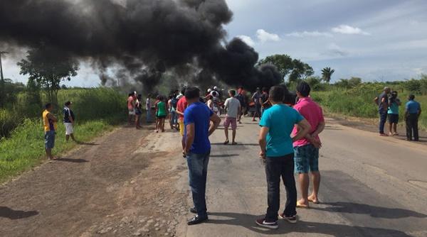 Após duas pessoas morreremem acidente na BR-135 em São Mateus, moradoresrealizam protesto contra a buraqueira.