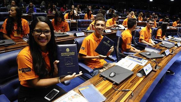 Os 27 estudantes têm entre 15 e 19 anos, cursam o ensino médio em escolas públicas estaduais e do Distrito Federal e são selecionados anualmente por meio de um concurso de redação.