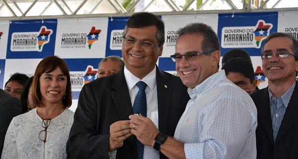 PREFEITO DE PRIMEIRA CRUZ SERGIO ALBUQUERQUE RECEBENDO A CHAVE DAS MÃOS DE FLÁVIO.