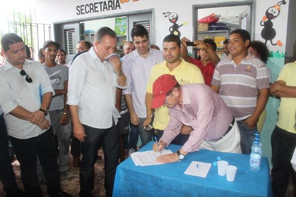 PREFEITO FRANCIVALDO ASSINA ORDEM DE SERVIÇO COM LUÍS FERNANDO.