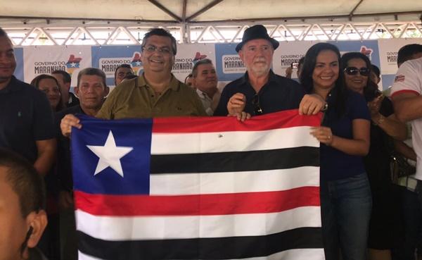 Em Cachoeira Grande, prefeito Tonhão e o vice acompanhados de vereadores e secretários recebem o governador Flavio Dino.