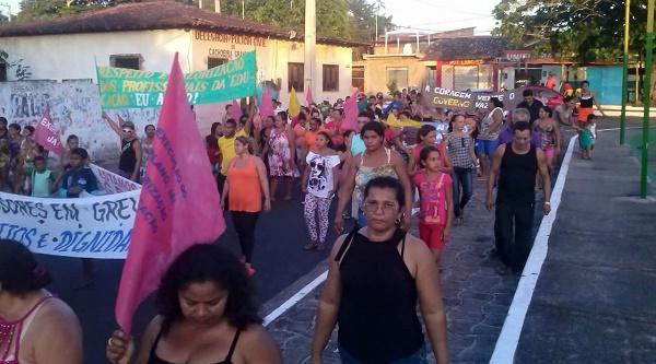 PROFESSORES VÃO AS RUAS FAZER GREVE EM CACHOEIRA GRANDE.