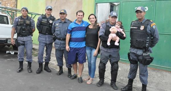 Policial Renato e os soldados L.Fernando, Itamar, major Brito e o tenente-coronel Aritanã, visitam criança salva.