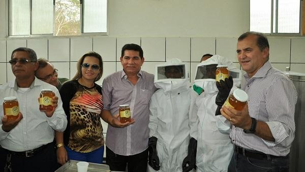 Prefeito Alan Linhares axibe o mél de Bacabeira ao lado de apicultores e Secretários.