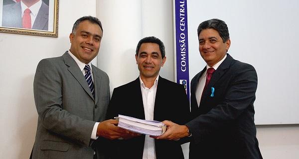 Presidente da Agência de Mobilidade Urbana, Artur Cabral, presidente da CCL, Odair Neves e membro relator do processo, Mayco Pinheiro durante lançamento de edital de licitação.