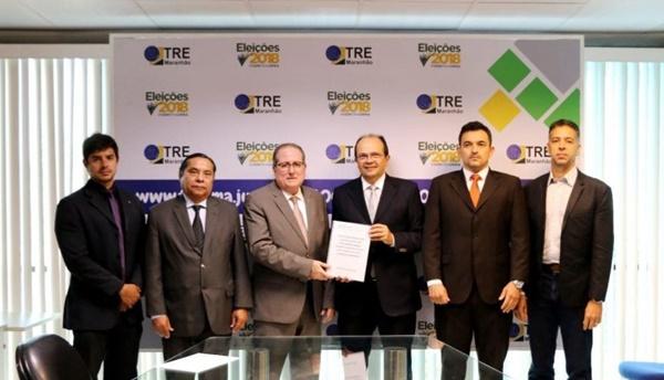 Presidente do TCE entrega lista de gestores inelegíveis à Justiça Eleitoral.