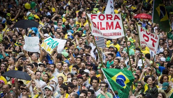 """BRASIL: MANIFESTANTES SAEM ÀS RUAS PARA PROTESTAR """"FORA DILMA""""."""