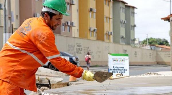 Requalificação da malha viária da capital inclUI asfaltamento, recapeamento asfáltico, calçamento em bloquete e, ainda, a implantação e correção de meio-fio, sarjeta e calçadas.
