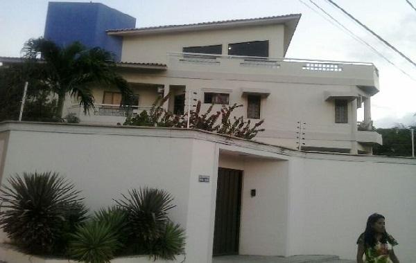 Residência da família Rocha, no Calhau, assaltada por cinco bandidos armados na tarde de sábado.