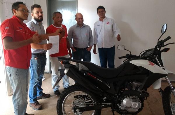 Prefeitura de Cachoeira Grande recebe moto da empresa ARGO para auxiliar na secretária de saúde.