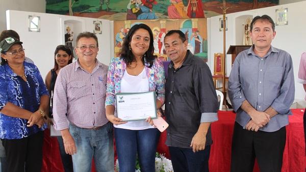 SECRETARIA DE EDUCAÇÃO RECEBENDO CERTIFICADO DO PESSOAL DO CENTRO DE P. JUSCELINO.
