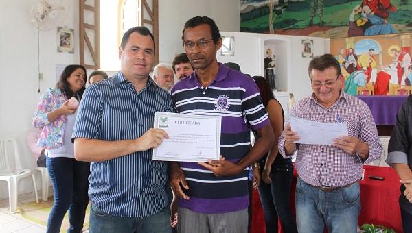 SECRETARIO DE AGRICULTURA DE P. JUSCELINO ENTREGANDO CERTIFICADO.