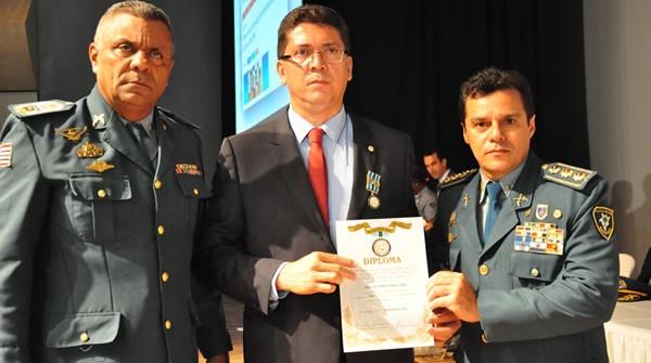 SECRETARIO JEFFERSON PORTELA SENDO AGRACIADO COM MEDALHA.