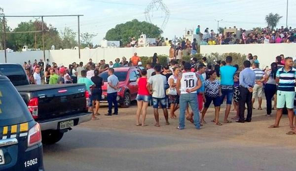 Clima de comoção marca sepultamento das vítimas do capotamento de micro-ônibus no Maranhão.