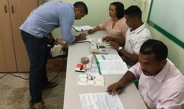 SIDRACK ASSINANDO DOCUMENTO DE VOTAÇÃO.