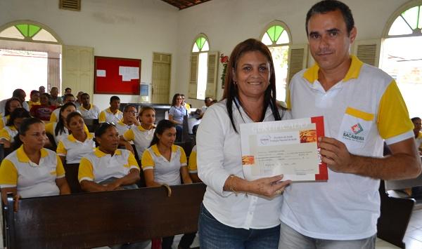 Secretária Tatá entregando certificado ao ACS.