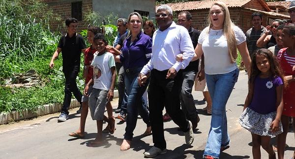 Secretário Gerson Pinheiro e Simone Limeira vistoriando o asfalto no bairro Expoagro.