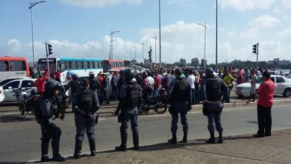 Taxistas interditam ponte do São Francisco em protesto contra UBER, em São Luís.