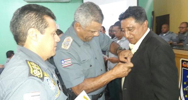 TENENTE CARLOS RECEBENDO MEDALHA.