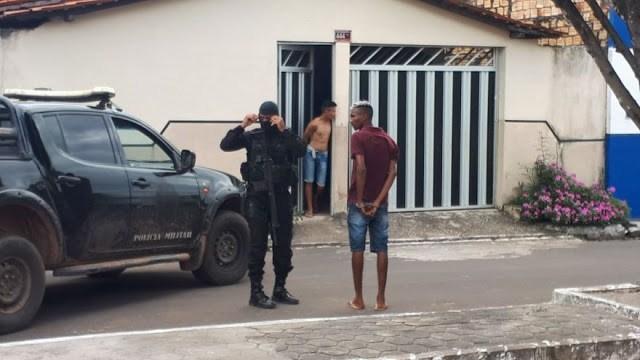Dupla libera refém e se entrega à polícia após roubar Correios no Maranhão.