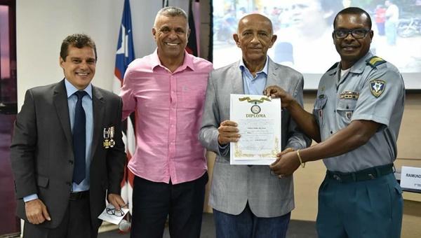 """Vereador Coronel Egídio juntamente com o coronel Pereira, condecoram presidente da FIEMA, Edilson Baldez com a Medalha """"Batalhão de Suez das nações Unidas."""