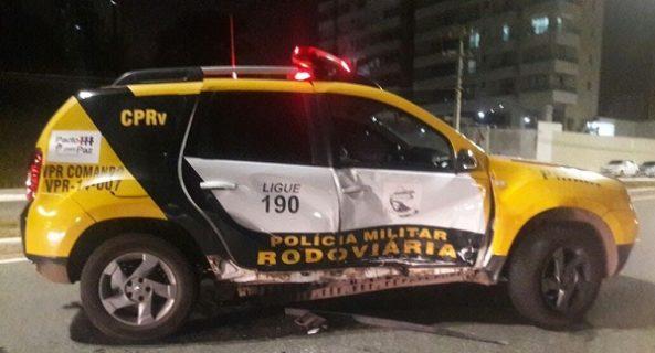 Homem não vê barreira policial e atinge viatura na Litorânea.
