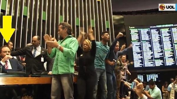 Waldir Maranhão sendo rejeitado pela povo em Brasília.