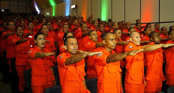 Novos bombeiros militares do Maranhão em formação na cerimônia de formatura, no Centro de Convenções Pedro Neiva de Santana.