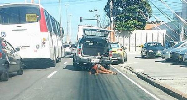 BARBARIDADE: VIATURA DA PM ARRASTA MULHER PELA RUA DA ZONA NORTE DO RIO.