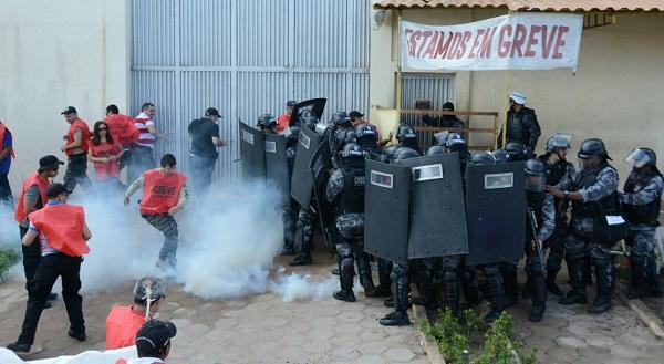 Agentes Penitenciários entram em confronto com a PM em Pedrinhas.