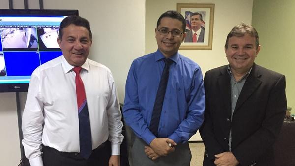 Cleomar Tema e Carlos Lula discutem pleitos dos municípios na área da saúde.