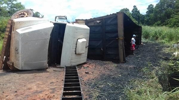 Carreta de carvão tomba na BR-222 e motorista fica ferido.