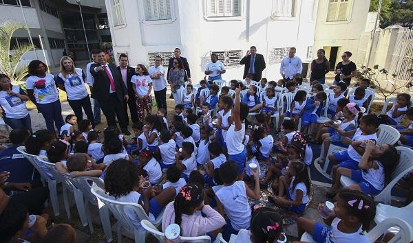 Governador e estudantes na II Campanha Estadual de Incentivo à Leitura.
