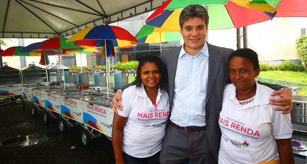 Renata e Helenajaira, com o secretário Neto Evangelista.